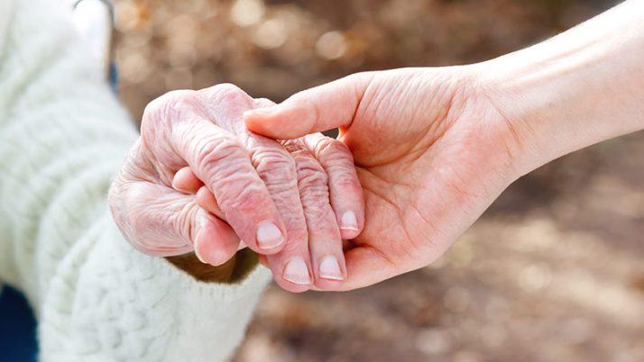 ¿Cómo se debe solicitar la incapacidad de una persona mayor?, ¿En qué momento el juez puede declarar a una persona mayor incapaz total?