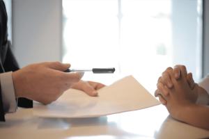 Firma de contrato hipotecario abusivo