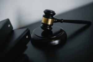 Mallete de juez para reclamar despido
